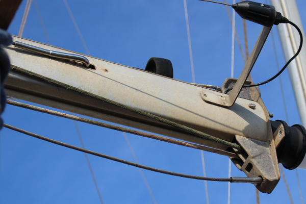 Yacht mast head fitting